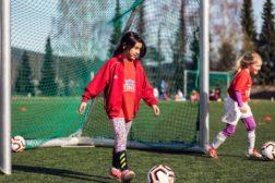 80 jenter på fotballskole på Haugerud i påskeferien
